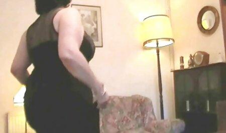 خروس بزرگ فیلم سکسی عربی چاق را از سوراخ بیرون می کشد.