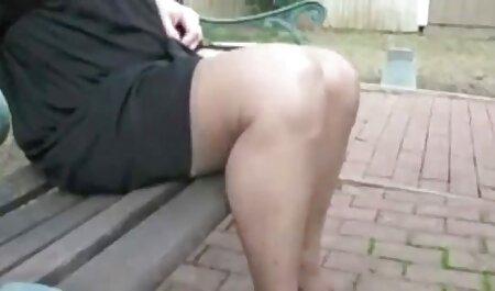دو مرد زیبایی را در حیاط می لرزند. فلم سکس چاق