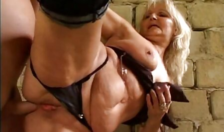 لاتینا در کرست یک عکس سکسی چاق چله خروس بزرگ را بر روی الاغ خود می گیرد