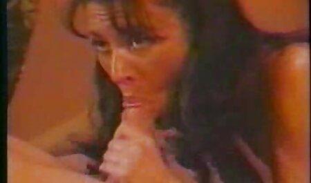 یک سبزه باریک با سینه های پر حجم در روغن فلم سکس زن چاق بدن می ریزد و به موسیقی رقص می دهد