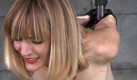 دختر جوان با شریک زندگی آنیلینگوس را انجام می دهد و بر روی آلت تناسلی خود در فیلم سکسی زن چاق ماشین سوار می شود