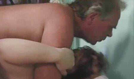 برزیل با گذاشتن فیلم سکس کون چاق یک مرد سفید روی یک مبل ، یک از blowjob را به شما می دهد