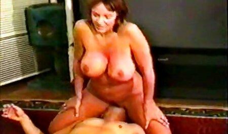 یک مرد خال کوبی در هر شکلی از اتاق خواب دانلود رایگان فیلم سکسی زنان چاق ، یک بلوند را لگد می زند