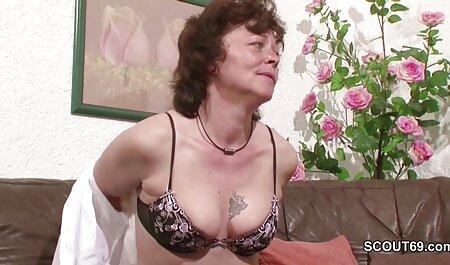 Masseuse Busty فیلم زنان چاق سکسی بیدمشک را روی کلاه مشتری به صورت قیچی می مالد
