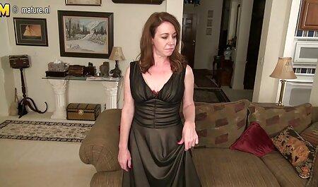 دختر باریک در حال انجام یک عضله در فیلم سکس کون چاق تعظیم قایق بادبانی و لذت بردن از کونی است