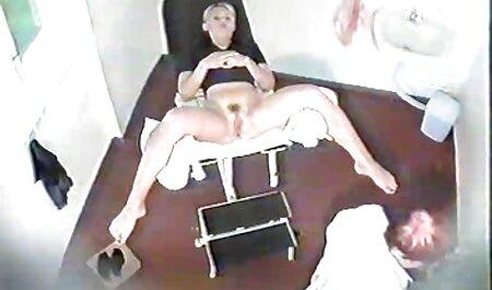 بلوند کلیپ سکس زن چاق چربی با شکاف بر روی یک dildo بزرگ بازی می کند