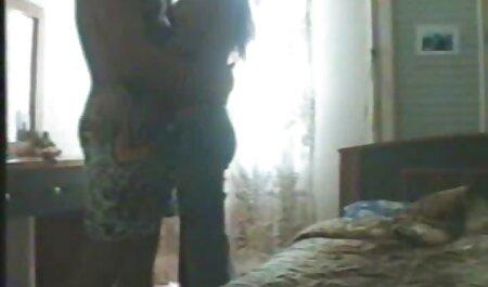 سبزه برنزه شده خودش را با dildo و یک دستگاه سکس در فیلم سیکس زن چاق مقابل وب کم می اندازد