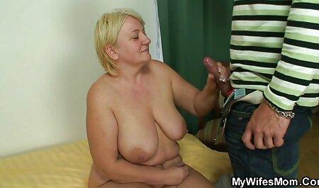 یک خانم کامل ، محکم پا را برداشته و با یک باسن بزرگ روی صورت زنانسکسی چاق دوستش می نشیند