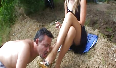 بلوند جوان در حال تمیز کردن است و به دوست پسرش اجازه می دهد زیر دامن خود نگاه کند فلم سکس زنهای چاق