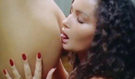 لاتینا با یک خال کوبی روی استخوان ران خود ، یک خروس پسر ریش را در فیلم گاییدن زنان چاق دهانش می گیرد و آن را به او می دهد