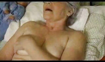 دختر سرخ خروس مدیر ارشد را در اتاق عقب فلم سیکس چاق می خورد