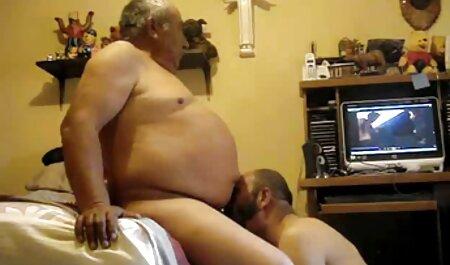 ماچ ویدیو سکس چاق طاس واژن یک لاتین زیبا را با جوراب های سفید بلند می کند