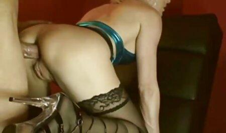صاحب خانه یک خانه دار بالغ را در جوراب ساق بلند در محل کار خود دانلود فیلم سکسی چاق بلند می کند