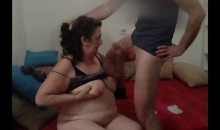 یک عروسک نازک کلاه دانلود فیلم سوپر زن چاق را با انگشتان خود و یک اسباب بازی جنسی در مقابل یک وب کم استمناء می کند