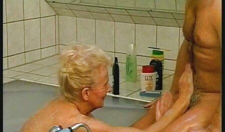 زنی با ران های آبدار ، مشتی را به سمت سکسایرانی چاق الاغ خود می چسباند و دوست دارد در مقابل وب کم مشت کند