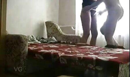 مادر برهنه با ماسک سیاه و سینه های بزرگ به یک مرد بیدمشک فیلم سکسی زن چاق روی زمین می دهد