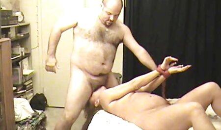 مادر بیدمشک با لباس سیاه پاهای خود را جلوی یک خروس بزرگ پهن می کند دانلود فیلم سکسی چاق