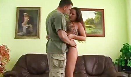 دختر عضلانی مقعد مادر را لیسید و او را در سکسزن چاق آنجا در بالکن لعنتی