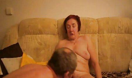 دختر جوان در یک ماسک سیاه فیلم سکسی زن چاق به آرامی نوازش بیدمشک خود را