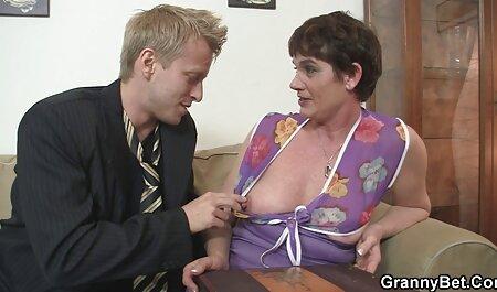 مادر شلوغ در کلیپ سکسی زن چاق جوراب سیاه مشکی هاهال را با اسراف از روی گونه زانو زد