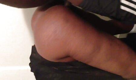 الاش لاتینا در لباس عکس سکسی چاق چله تنگ سیاه روی صورت پسر قرار دارد