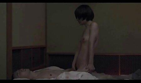 زن خانه سکسپیرزن چاق دار curvy با بیدمشک مو آپارتمان را برهنه تمیز می کند
