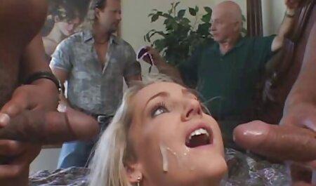 تاجر دوست دختر را در کلیپ سکس با زن چاق الاغ در حیاط ویلا خود لعنتی