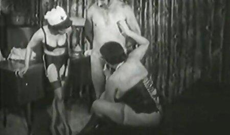 یک دختر نازک در گربه سکسیزن چاق اش دارد.
