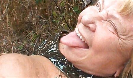 زن بالغ با سوتین های پر حجم مقعد همسر را زنانسکسی چاق لیس می زند
