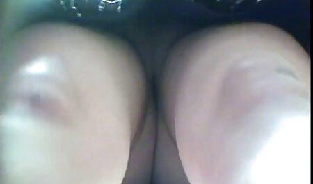 Ebony پس از از بین رفتن در استخر ، به فلم سکس زنهای چاق سختی آسیایی را در جوراب ساق بلند با یک خروس بزرگ گرفتار می کند