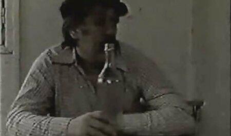 دو مرد یک خانم را در دهان خود دارند و او را از طریق سوراخ های فیلمهای سکسی زنان چاق دیوارها بریده اند