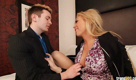 مرد کلیپ سکس با زن چاق چاق زیبایی فرفری را فریب می دهد.