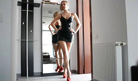 بلوند بادام را در فیلم سوپر زن چاق پنجره نوازش می دهد.