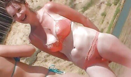 دختر بلوند خودش را روی نیمکت فیلمسکسی زنان چاق نوازش می کند