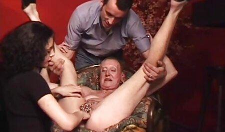 نوک سینه خال کوبی کاترینا جید بر روی نفس شوهر عضلانی فیلم سکسی عرب چاق خود نشسته است