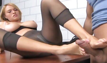 دختر خال کوبی در بدن ، باسن دانلود سوپر زن چاق خود را روی تخت تکان می دهد