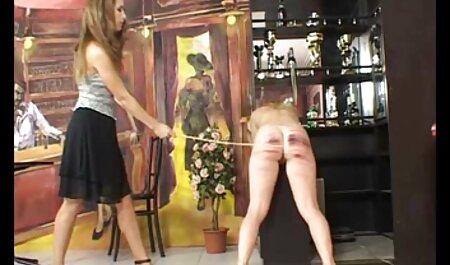 شترهای برهنه جوان پوسیده فیلم سکسی زنهای چاق که در حال عبور از چمنزار هستند.