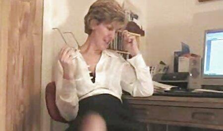 بلوند 30 ساله سینه های بزرگ را جلوی دوربین نوازش می دهد فیلم های سکسی زنان چاق