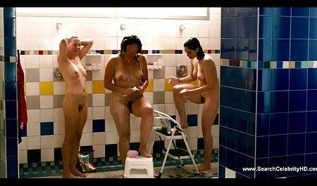 MILF داغ سکس کون چاق خارجی در دامن چرمی باسن های آبدار را از طریق لباس تنگ نایلونی نوازش می دهد