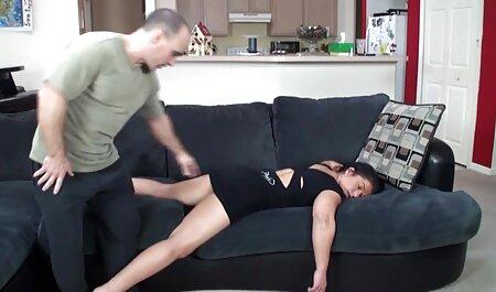 در خیابان ، آن مرد پسر آسیایی را با شلوار جین پاره شده بر روی جاذبه تنگ سکسزن چاق می کند