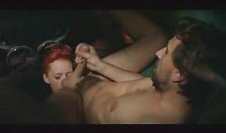 همسر شوخی عضو عاشق خود را در یک گاوچران که روی کلیپ سکس با زن چاق تخت خوابیده است ، تقلید می کند