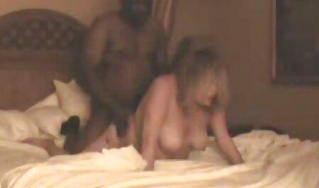 سبزه جوان در کنار استخر استراحت می کند و فلم سکس زن چاق در چهار طرف ایستاده است